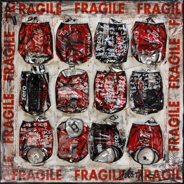 canettes compressées de coca, rouge Tableau Contemporain, FRAGILE COKE. Sophie Costa, artiste peintre.